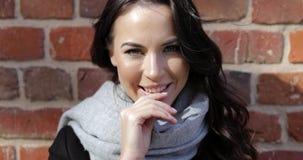 Mujer sonriente en bufanda gris almacen de video