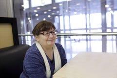Mujer sonriente en café Fotografía de archivo libre de regalías