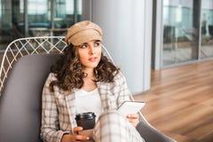 Mujer sonriente en caf? del aeropuerto con la taza de caf? imágenes de archivo libres de regalías