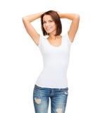 Mujer sonriente en camiseta blanca en blanco Foto de archivo