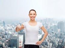 Mujer sonriente en camiseta blanca en blanco Fotos de archivo