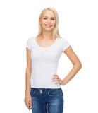 Mujer sonriente en camiseta blanca en blanco Fotografía de archivo