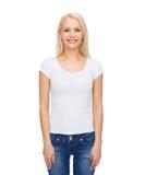 Mujer sonriente en camiseta blanca en blanco Fotografía de archivo libre de regalías