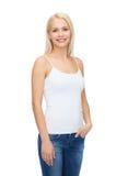 Mujer sonriente en camiseta blanca en blanco Imágenes de archivo libres de regalías