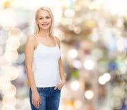 Mujer sonriente en camiseta blanca en blanco Imagen de archivo