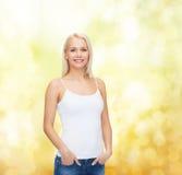 Mujer sonriente en camiseta blanca en blanco Fotos de archivo libres de regalías