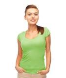Mujer sonriente en camiseta verde en blanco Imagenes de archivo