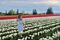 Mujer sonriente en campos del tulipán Imagen de archivo