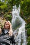 Mujer sonriente en cascada Foto de archivo