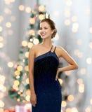 Mujer sonriente en corona que lleva del vestido de noche Imagenes de archivo