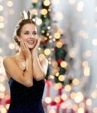 Mujer sonriente en corona que lleva del vestido de noche Imagen de archivo libre de regalías