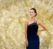 Mujer sonriente en corona que lleva del vestido de noche Imágenes de archivo libres de regalías