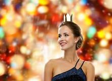 Mujer sonriente en corona que lleva del vestido de noche Fotos de archivo