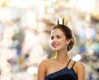 Mujer sonriente en corona que lleva del vestido de noche Fotografía de archivo libre de regalías
