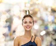 Mujer sonriente en corona que lleva del vestido de noche Foto de archivo libre de regalías
