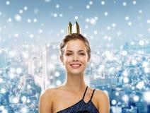 Mujer sonriente en corona que lleva del vestido de noche Imagen de archivo