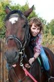 Mujer sonriente en el caballo fotografía de archivo