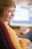 Mujer sonriente en el ordenador Fotografía de archivo