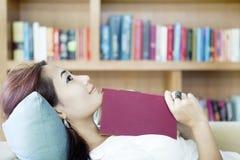 Mujer sonriente en el sofá Imagen de archivo libre de regalías