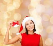 Mujer sonriente en el sombrero de santa con los cascabeles Fotos de archivo libres de regalías
