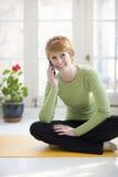 Mujer sonriente en el teléfono celular Imagen de archivo libre de regalías