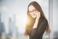 Mujer sonriente en el teléfono celular Fotos de archivo