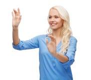 Mujer sonriente en el trabajo con la pantalla virtual Imagen de archivo libre de regalías