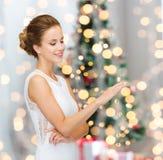 Mujer sonriente en el vestido blanco con el anillo de diamante Imagen de archivo libre de regalías