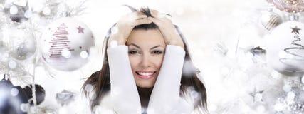 Mujer sonriente en fondo de la Navidad con las bolas fotografía de archivo libre de regalías