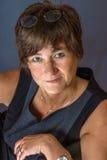 Mujer sonriente en fondo gris Fotos de archivo libres de regalías