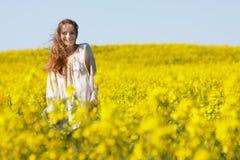 Mujer sonriente en fondo natural Imágenes de archivo libres de regalías