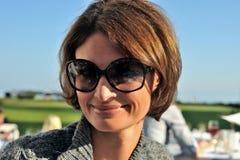 Mujer sonriente en gafas de sol Imagen de archivo