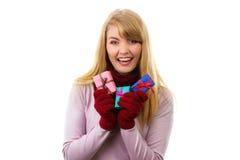 Mujer sonriente en guantes de lana con los regalos envueltos para la Navidad o la otra celebración Imágenes de archivo libres de regalías