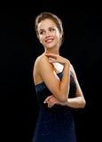 Mujer sonriente en hombro conmovedor del vestido de noche Imagen de archivo libre de regalías