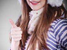 Mujer sonriente en invierno Fotos de archivo libres de regalías