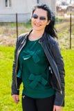 Mujer sonriente en jardín foto de archivo