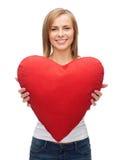 Mujer sonriente en la camiseta blanca con el corazón Imágenes de archivo libres de regalías