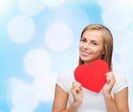 Mujer sonriente en la camiseta blanca con el corazón Fotos de archivo libres de regalías