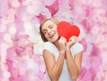 Mujer sonriente en la camiseta blanca con el corazón Foto de archivo