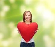 Mujer sonriente en la camiseta blanca con el corazón Foto de archivo libre de regalías