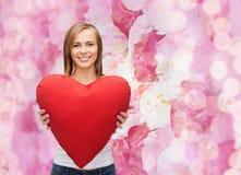 Mujer sonriente en la camiseta blanca con el corazón Imagen de archivo libre de regalías