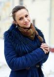 Mujer sonriente en la ciudad hivernal Foto de archivo libre de regalías
