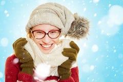 Mujer sonriente en la nieve en invierno Foto de archivo