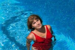 Mujer sonriente en la piscina Fotos de archivo