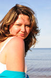 Mujer sonriente en la playa Fotos de archivo