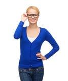 Mujer sonriente en la ropa casual que lleva las lentes Fotos de archivo libres de regalías