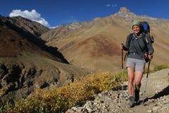 Mujer sonriente en las montañas Fotos de archivo libres de regalías