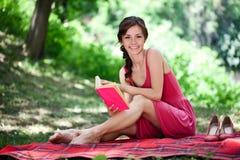 Mujer sonriente en naturaleza imagen de archivo libre de regalías