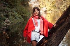 Mujer sonriente en parque del otoño Imagen de archivo libre de regalías