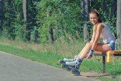 Mujer sonriente en pcteres de ruedas Imagenes de archivo